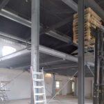 Demontage von Kühlhäusern und Stahlgestell mit Lastenaufzug